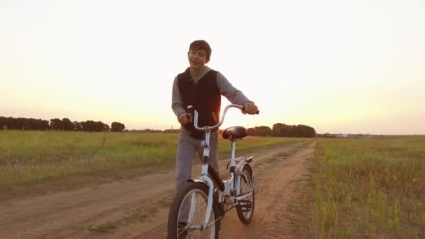 fiú tinédzser biciklizés egy úton, a természetben. fiú tinédzser szabadban utazik kerékpárral