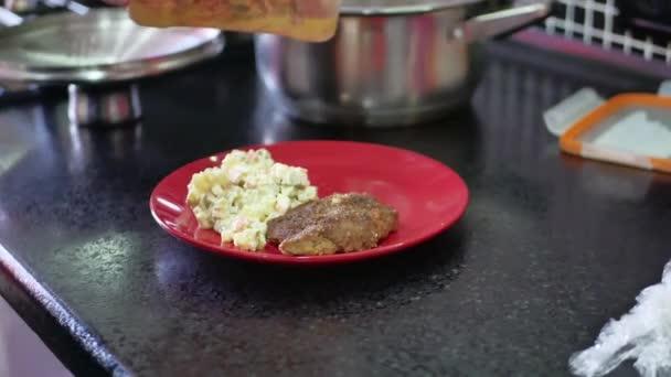 vaření, jídlo a domácí koncept - Detailní záběr sekání masa salát Olivier vaření doma v kuchyni