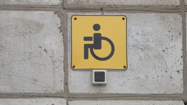 Signal-Tabelle für Menschen mit Behinderungen mit der Taste einen Anruf und ein Text einen Mitarbeiter Anruf. Russischen Text Personal Call im freien