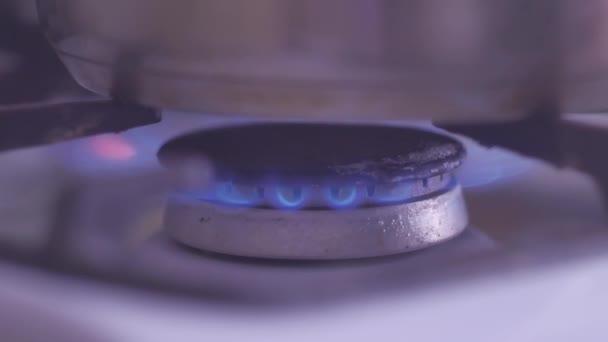 zemní plyn napájení plynový sporák. Hořící plyn hořák na domácí kuchyně sporák