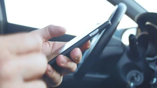 Mann hält Smartphone im Auto Mann gewinnt SMS auf dem Smartphone Online Social Media Lifestyle-Kommunikation