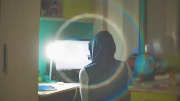 Hacker muž programátor v kapuce pomocí počítače pro hack informace a údaje z uživatelského účtu. oranžová barva web životní styl interiéru sociální média online