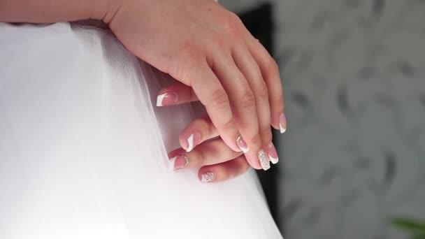 Menyasszony reggel. Képzőművészeti esküvő. kezében egy menyasszony közeli feküdjön egy fehér ruha esküvői fogalom beltéri