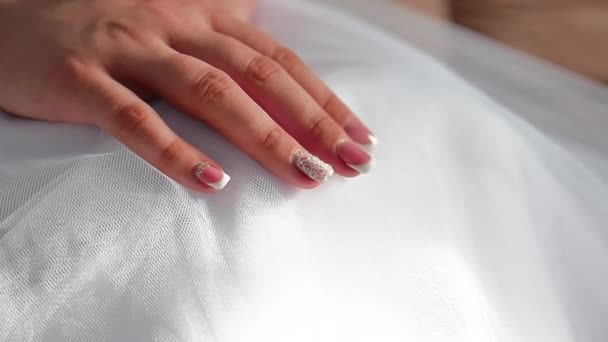 Nevěsty ráno. Svatba výtvarného umění. rukou nevěstu detail leží na uvnitř bílé šaty svatební koncept