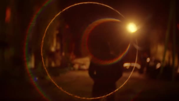 silueta lupič muž v kapuci je noční světlo lucerny zloděj pachatele. Neznámý lupič rozmazané pozadí jde bandita v přírodě zvedne kapotu