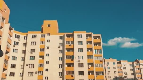 vícepodlažní dům s klimatizací proti obloze modré životní styl. život ve městě koncept