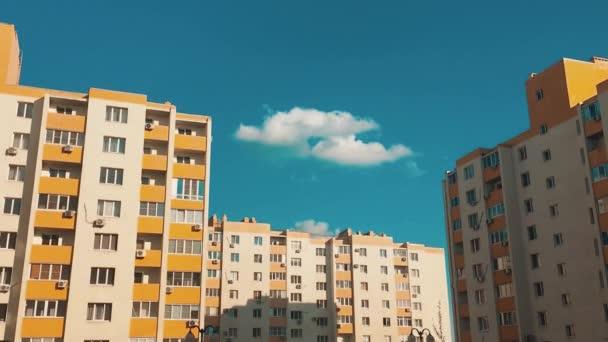 vícepodlažní dům s klimatizací proti životním stylu modré oblohy. život ve městě koncept