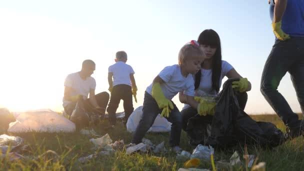 Umwelt Teamwork eine Ökologie Teamwork Freiwillige Bewusstsein Umweltverschmutzung Lebensstil Hausmüll-Konzept. Eine glückliche Familiengruppe sammelt Plastikmüll und Papierabfallflaschen. Kinder und