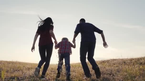 šťastný rodinný otec syn a máma běží zpomalit film zábavné video koncept. šťastný týmová práce táta muž maminka dívka a syn chlapec životní styl dítě běží držet ruce běh jít na hřiště v přírodě. šťastná rodina