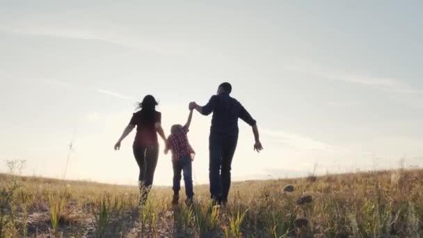 šťastný rodinný otec syn a máma běží zpomalit film zábavné video koncept. šťastný týmová práce táta muž maminka dívka a syn chlapec běh držet ruce běh jít životní styl na poli v přírodě. šťastná rodina