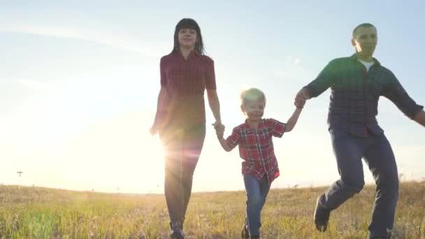 šťastný rodinný otec syn a máma běží zpomalit film zábavné video koncept. šťastný týmová práce táta muž maminka dívka a syn chlapec dítě běží držet ruce běh jít na hřiště v přírodě. bezstarostný životní styl šťastný