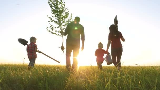 zemědělství červená krk farmaření šťastná rodina chůze zemědělství zemědělců silueta koncept zpomalení videa. Máma táta syn a dcera chodit životní styl jít děti šťastná rodina rostlina a voda