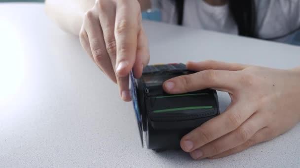 Platba kreditní kartou, nákup a prodej zboží a služeb životního stylu. Kreditka v obchodě. dívka platí na čtečku karet on-line nákupní koncept