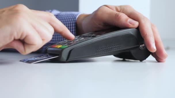 Fizetés hitelkártyával, áruk és szolgáltatások vásárlása és értékesítése. Hitelkártya a boltban. férfi fizet a kártyaolvasó online vásárlás életmód koncepció