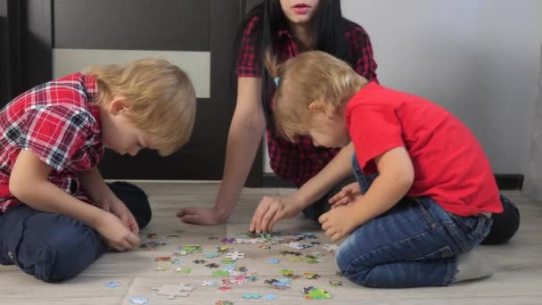 Šťastný rodinný životní styl kolekce hádanky týmová práce. rozvoj jemných motorických dovedností a myšlení. malý chlapec a dívka s maminkou sbírat mozaiky puzzle
