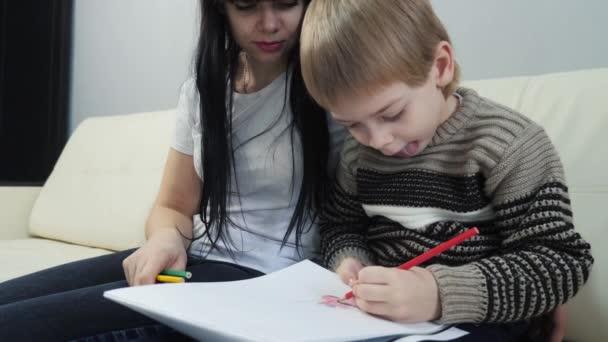 malý chlapec a máma kreslit týmovou práci šťastný rodinný koncept. dítě syn s mámou žena se zabývají životní styl tužkou kreslení. lekce s dětským rozvojem tvořivosti