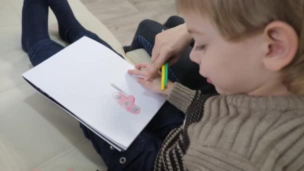 malý chlapec a máma kreslit týmovou práci šťastný rodinný koncept. dítě dítě životní styl syn s mámou žena jsou zapojeny do kreslení tužkou. lekce s dětským rozvojem tvořivosti
