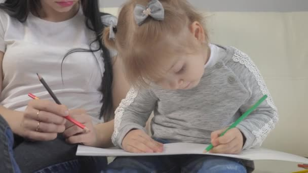 Kislány és anya rajzolnak csapatmunkát boldog családi koncepció. gyermek lánya életmód egy nő foglalkoznak ceruza rajz lecke a gyermekek fejlesztése a kreativitás
