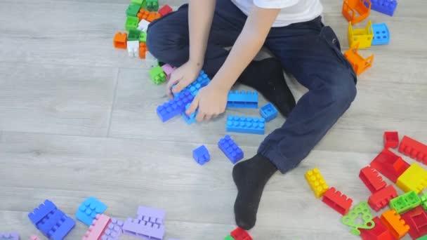 dětství šťastný rodinný koncept holčička a chlapec bratr životní styl a sestra sbírá konstruktér týmová práce. dítě si hraje s hračkami na podlaze. děti si hrají v týmu hraček na podlaze v místnosti