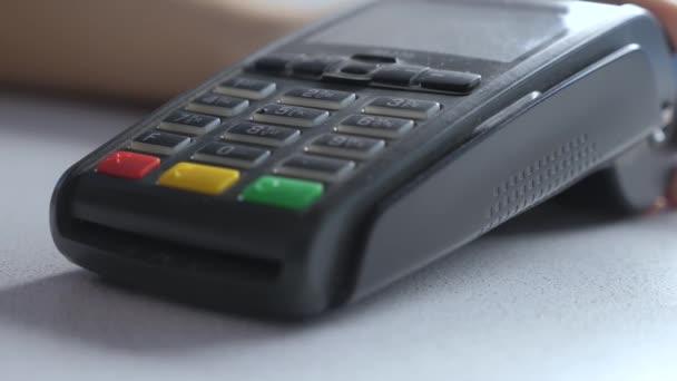 Platba kreditní kartou, nákup a životní styl prodeje zboží a služeb. Kreditka v obchodě. dívka platí na čtečku karet on-line nákupní koncept