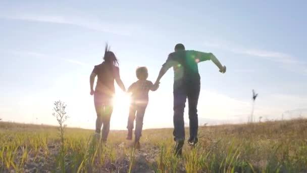 šťastný rodinný otec syn a máma běží zpomalit film zábavné video koncept. šťastný týmová práce táta muž maminka dívka a syn chlapec dítě běží držet ruce běh jít na hřiště v přírodě. šťastný životní styl rodiny