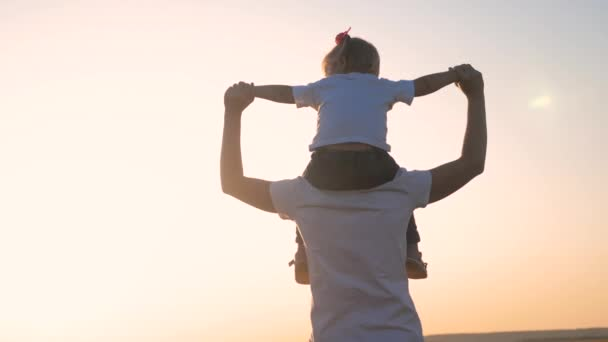 šťastná rodina máma a dcera holčička mateřství koncept. Krásná matka se svou dcerou venku v letním parku. Koncept šťastné rodiny. Dětský životní styl sedí na krku své matky