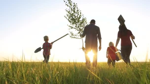 zemědělství červená krk farmaření šťastná rodina chůze zemědělství zemědělců silueta koncept zpomalení videa. Máma táta syn a dcera chůze jít děti šťastný životní styl rodina rostlina a voda