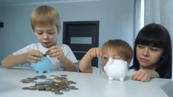 Šťastná rodina šetří peníze. Máma a děti dávají peníze do prasečí banky. malá dívka a chlapec životní styl dát mince v prasátko banky