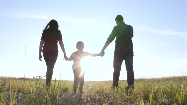šťastný rodinný otec syn a máma jít zpomalit video koncept. šťastný týmová práce táta muž maminka dívka a syn chlapec dítě držet ruce chůze jít na životní styl pole v přírodě. šťastné rodinné bezstarostné dětství