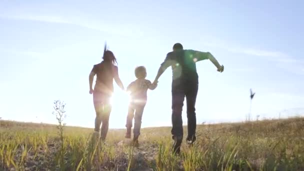 šťastný rodinný otec syn a máma běží zpomalit film zábavné video koncept. šťastný týmová práce táta muž maminka dívka a syn chlapec dítě běží držet ruce běh jít na hřiště v přírodě. šťastný rodinný životní styl