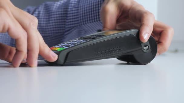 Fizetés hitelkártyával, áruk és szolgáltatások vásárlása és értékesítése. Hitelkártya a boltban. férfi fizet a kártya életmód olvasó online vásárlási koncepció