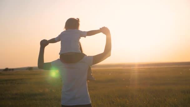 boldog család anya és lánya kislánya anyaság koncepció. Gyönyörű anya a kislányával a karjaiban a nyári parkban. A boldog család fogalma. Egy gyerek ül az anyján.