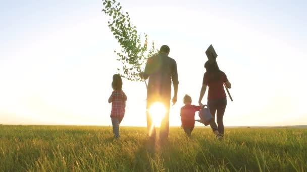 zemědělství červená krk farmaření šťastná rodina chůze zemědělství zemědělců silueta koncept zpomalení videa. Máma táta syn a dcera chůze jít životní styl děti šťastná rodina rostlina a voda