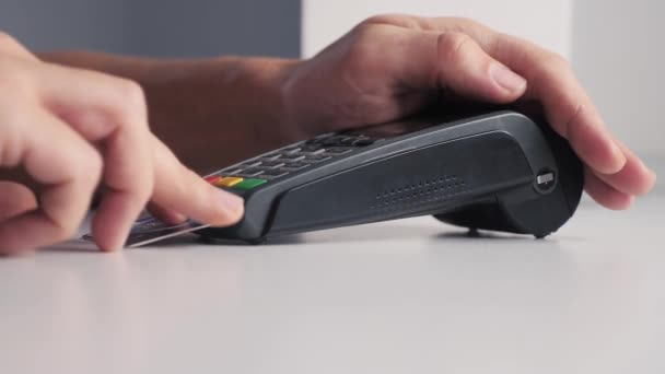 Platba kreditní kartou, nákup a prodej zboží a služeb životního stylu. Kreditka v obchodě. dívka platí čtečka karet online nákupní koncept