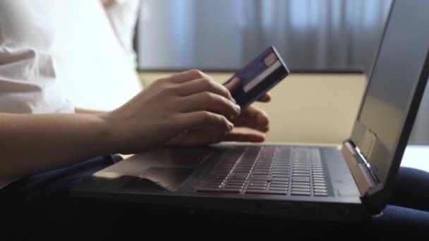 lány teszi online eladási vásárlási koncepció laptop digitális tabletta. barna fekvő kanapén nézi üzlet életmód online fizető hitelkártya. Online vásárlás pontszám