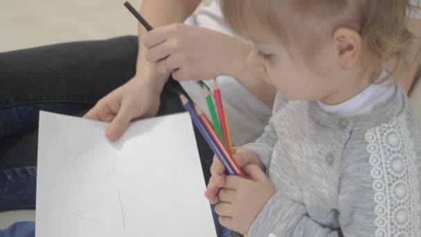 Kislány és anya rajzolnak csapatmunkát boldog családi koncepció. gyermek lánya egy nő részt vesz ceruza rajz lecke a gyermekek fejlődését életmód a kreativitás