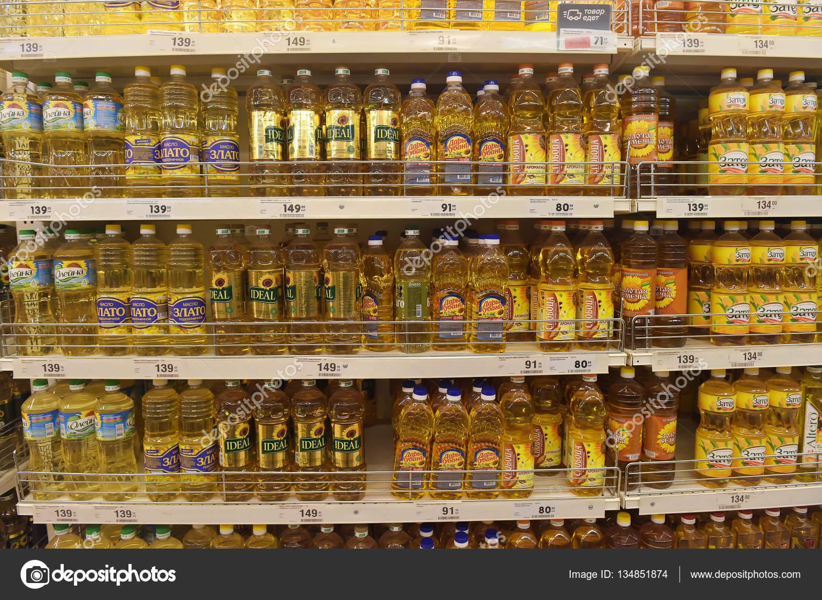 Una serie de botellas de aceite de girasol, aceite de oliva y otros ...