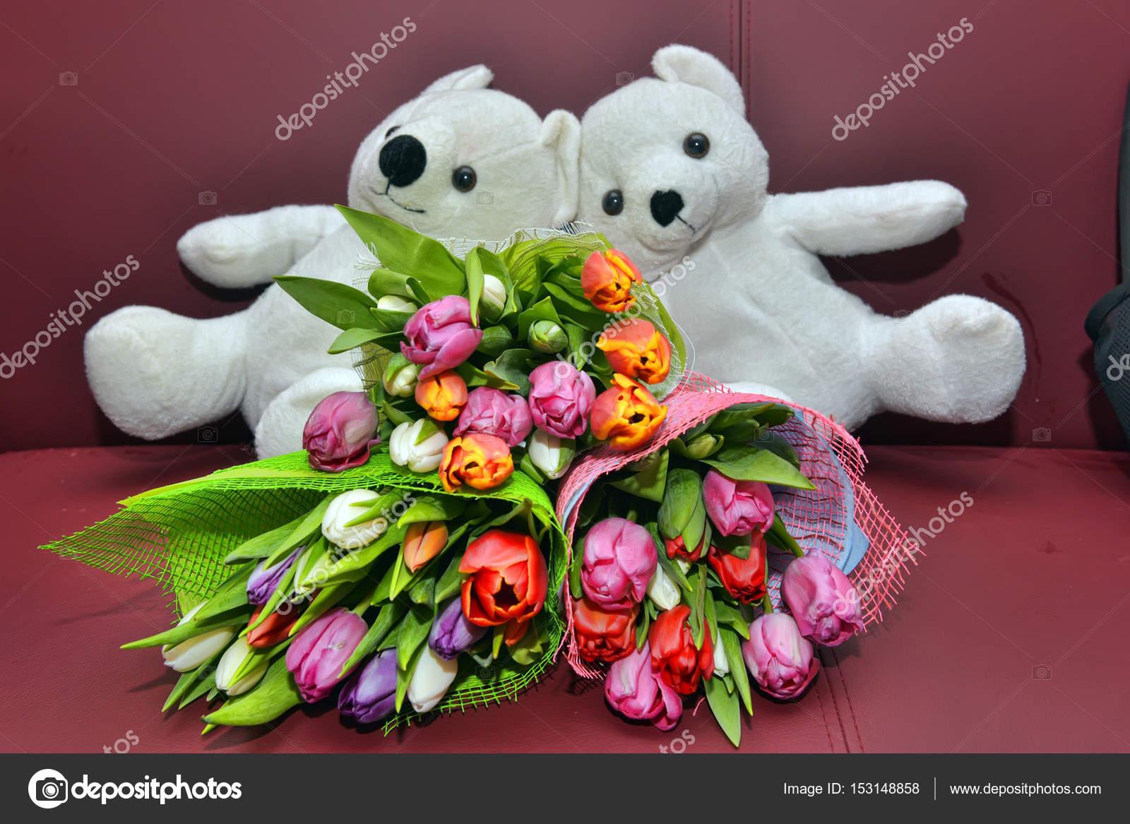 Weisse Teddybaren Und Blumenstrausse Von Tulpen Stockfoto C Evdoha