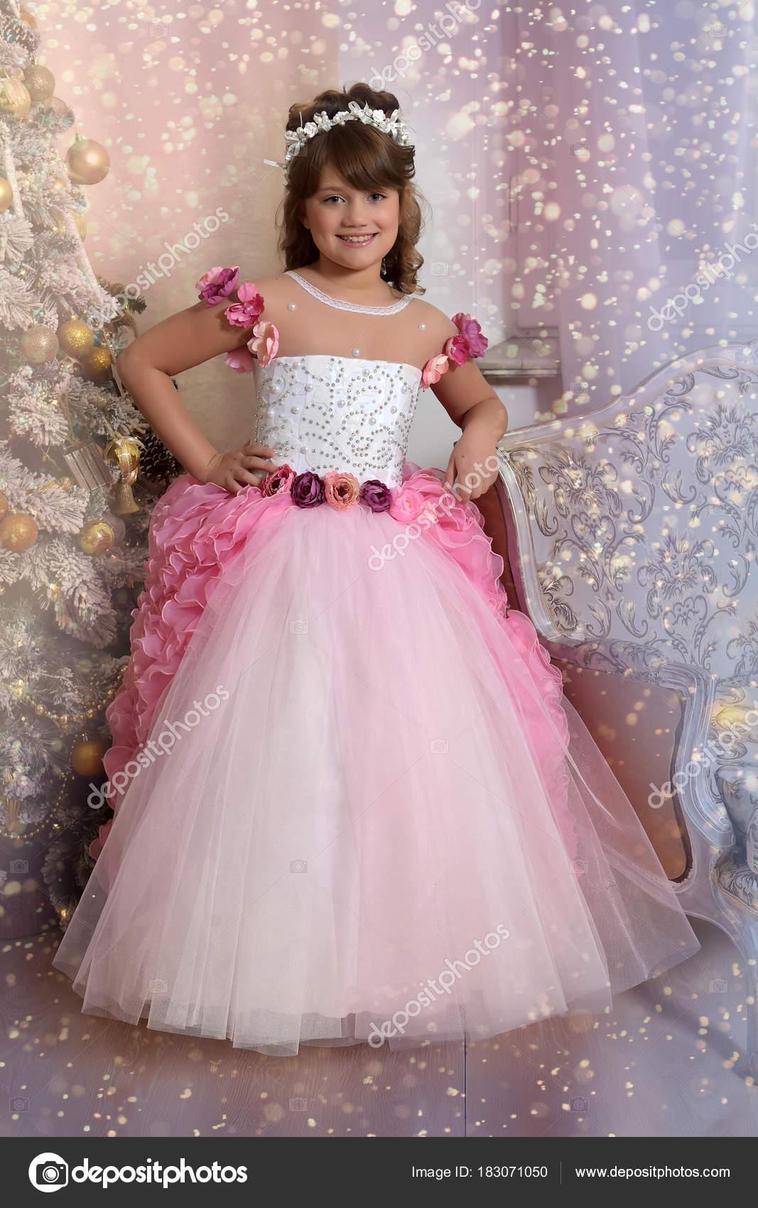 Joven princesa blanco con vestido rosa — Fotos de Stock © evdoha ...