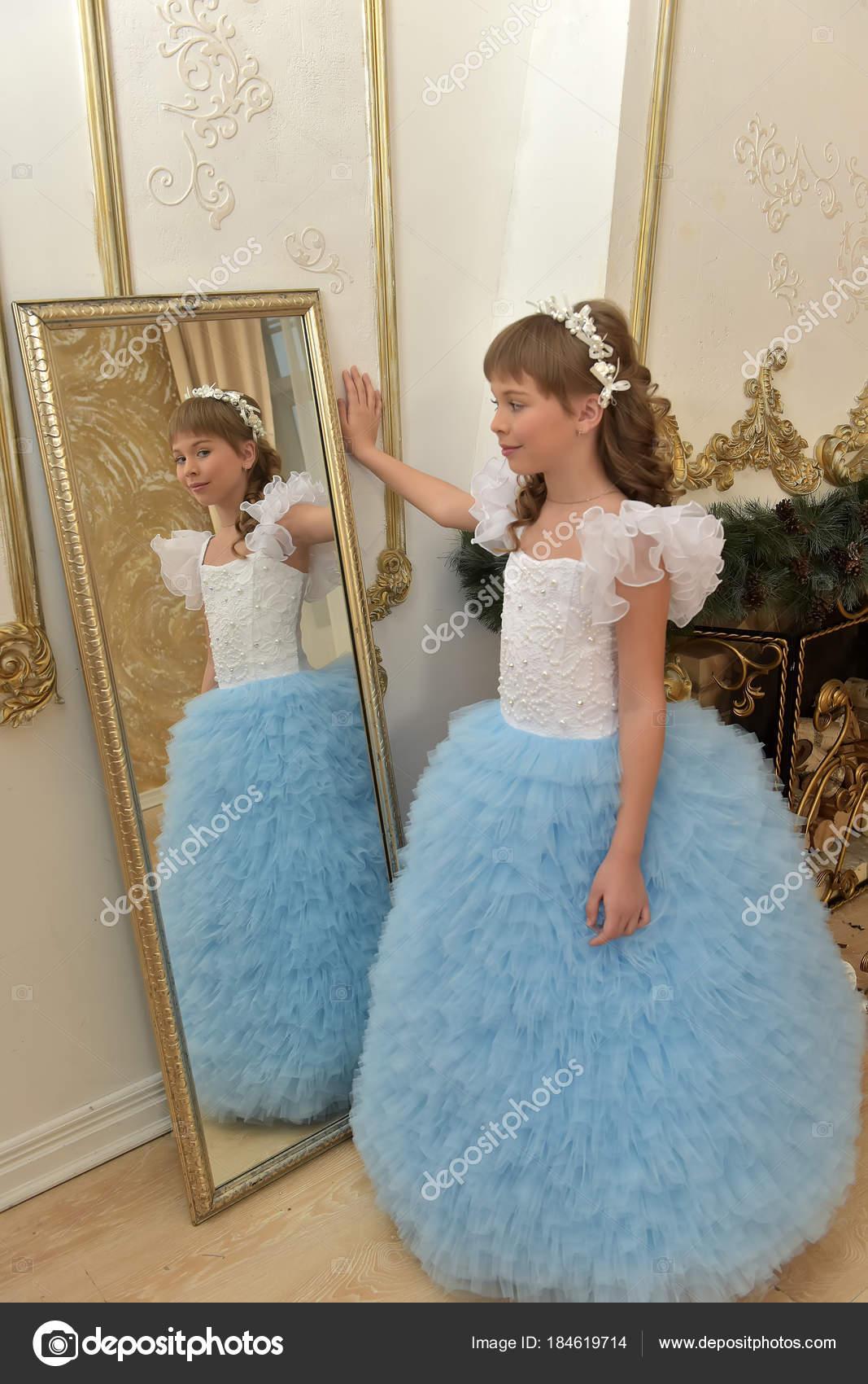 Mädchen Schaut Auf Ihr Spiegelbild In Den Spiegel Stockfoto
