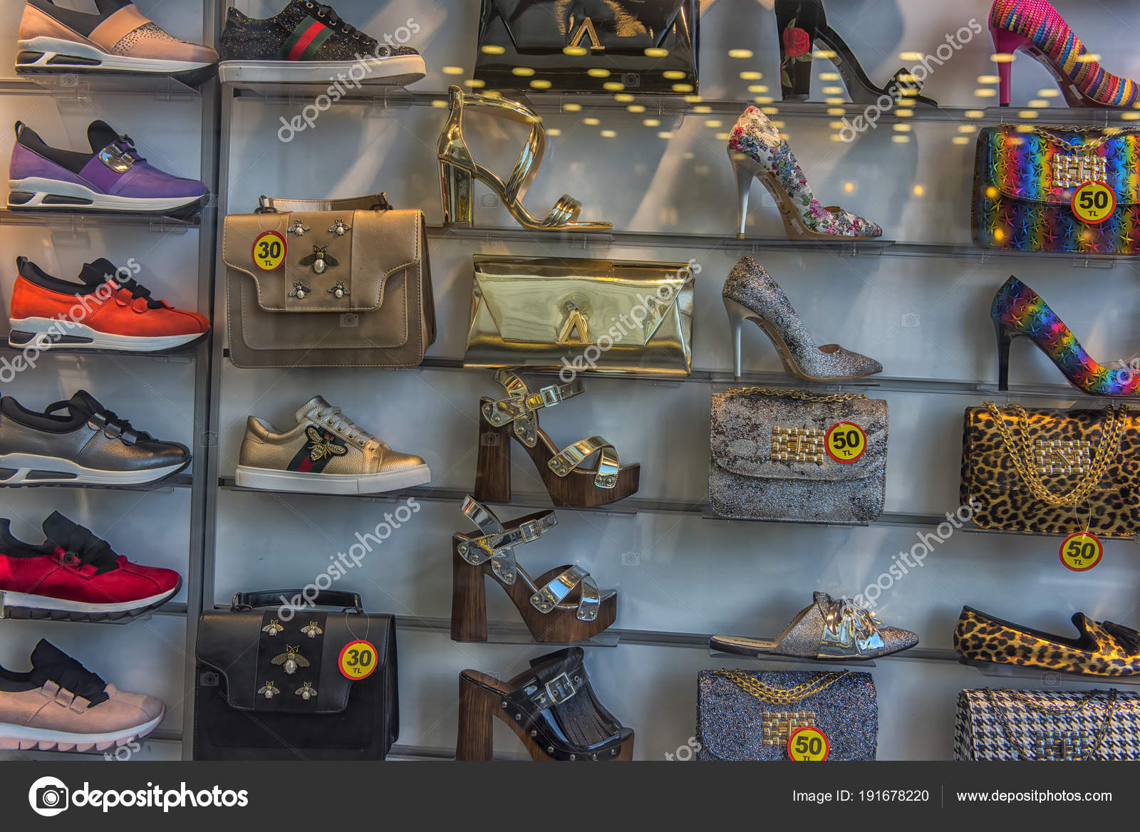 half off afda6 b50ef Scarpe e borse in vetrina — Foto Editoriale Stock © evdoha ...