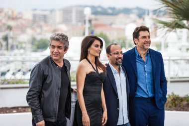 CANNES, FRANCE - MAY 09, 2018: Ricardo Darin, Penelope Cruz, Asghar Farhadi and  Javier Bardem attend the photocall for 'Every body Knows (Todos Lo Saben)' during the 71st annual Cannes Film Festival