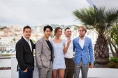 Cannes, Francie - 10. května 2018: Vladislav Opelyants kameraman, herec Teo Yoo, herečka Irina Starshenbaum, herec Roman Zver a režisér Ilja Stewart zúčastnit photocall pro Leto během 71 každoroční filmový Festival v Cannes