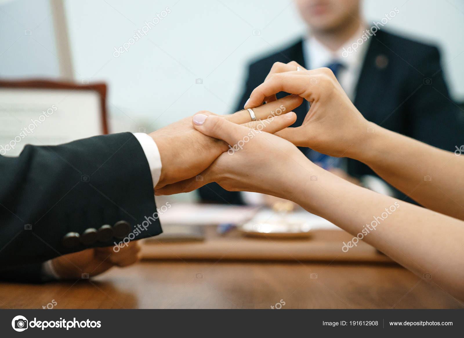 Ufficio Di Registro : Una donna mette anello nozze ufficio del registro sistema uomo