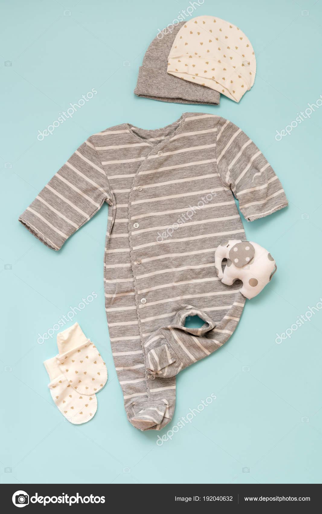 56c097cd34b Σετ Μωρό Ρούχα Για Νεογέννητα Μπλε Φόντο Για Ένα Κορίτσι — Φωτογραφία  Αρχείου