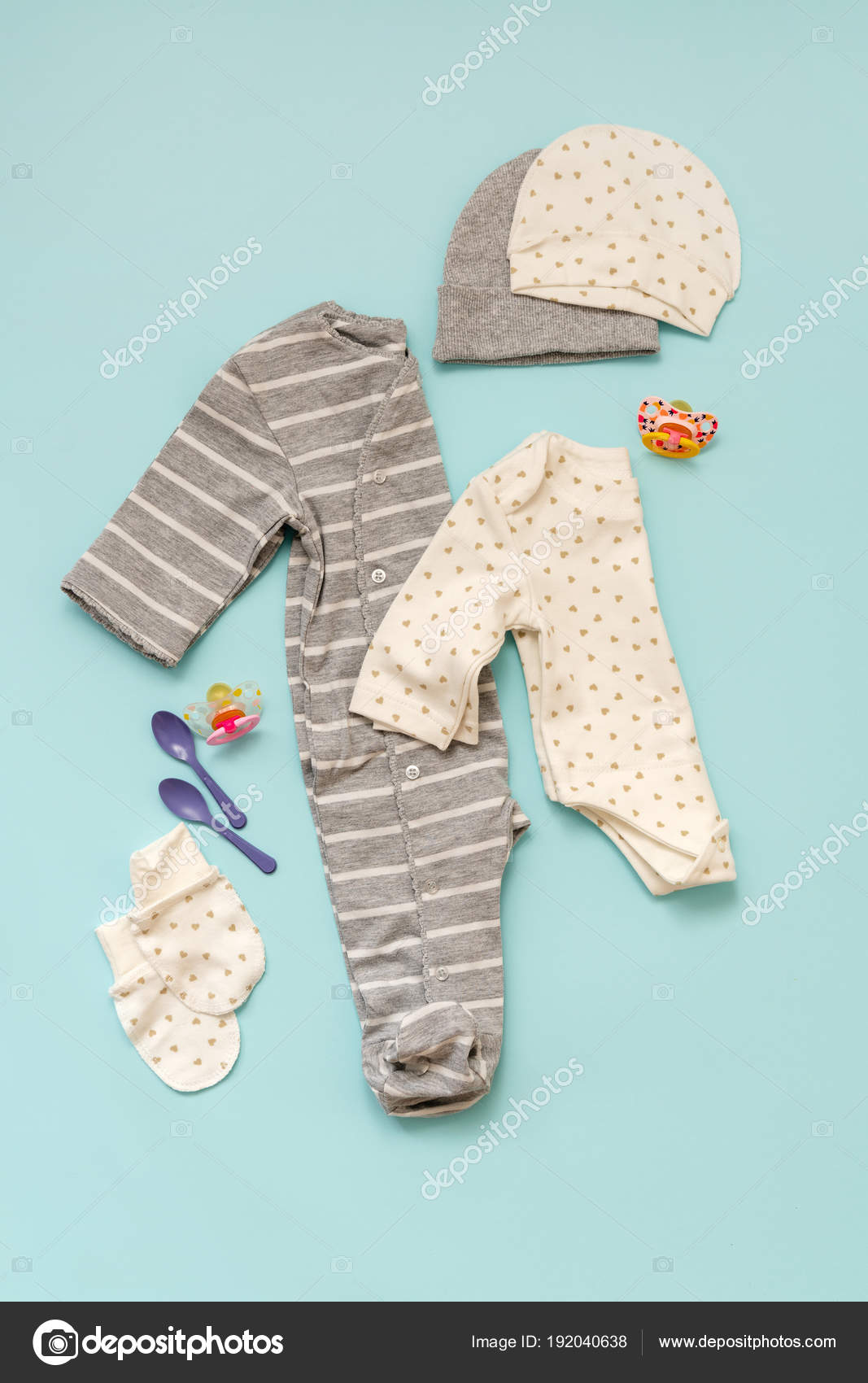 d66c2979f53 Sada oblečení pro děti pro novorozené chlapce nebo dívku na modrém pozadí.  Kolekce jaro léto — Fotografie od ...
