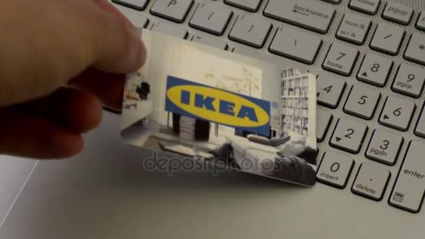 Persona Anonima Mette La Carta Regalo Ikea Sul Computer Portatile
