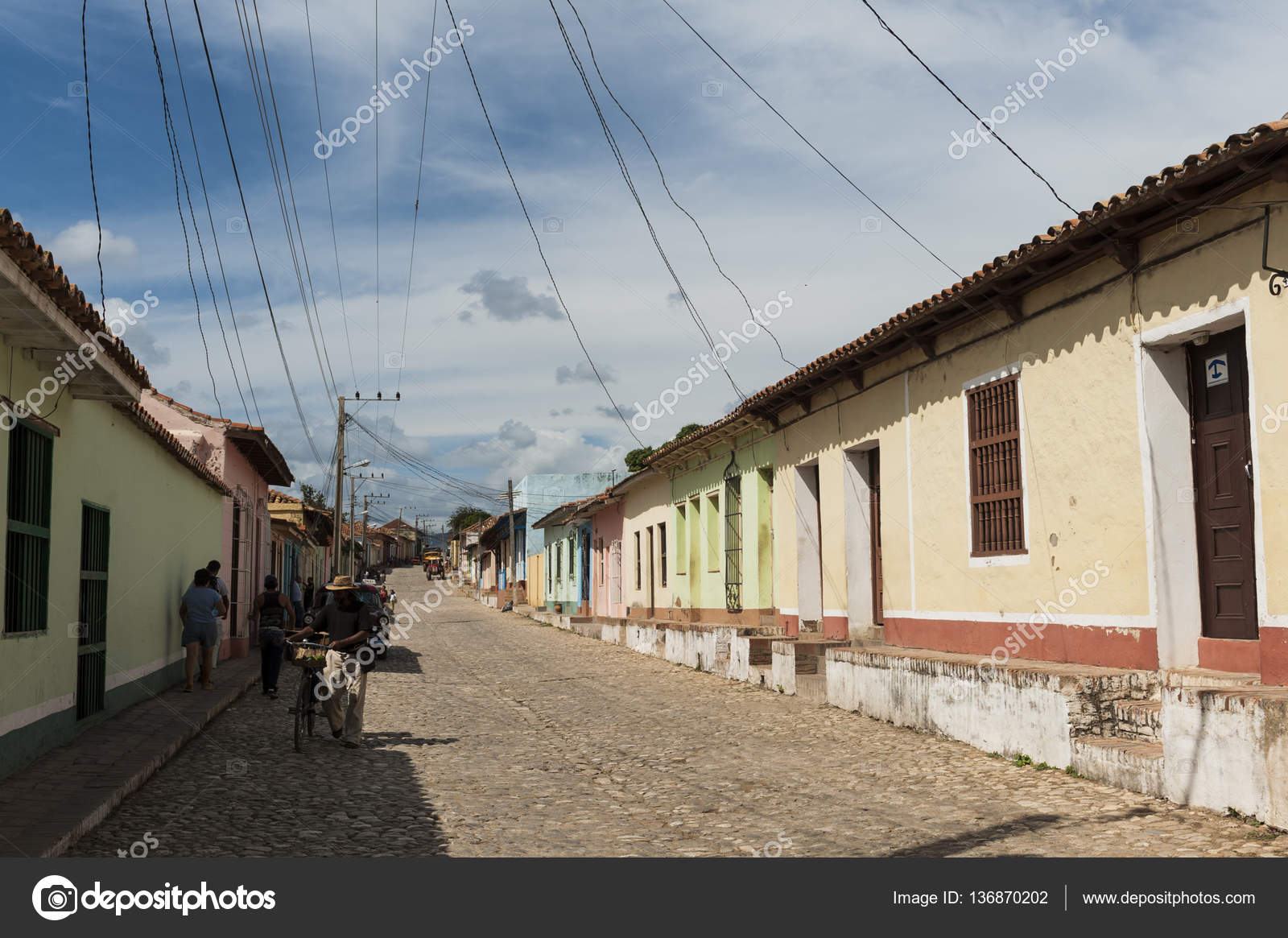 Wires connecting houses in residential area , Trinidad, Cuba — Stock ...