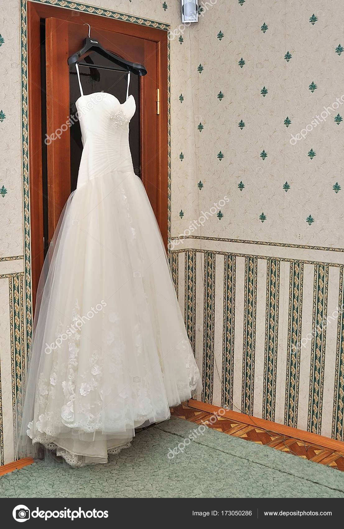 Hochzeitskleid auf Kleiderbügel an der Wand — Stockfoto © alena0509 ...