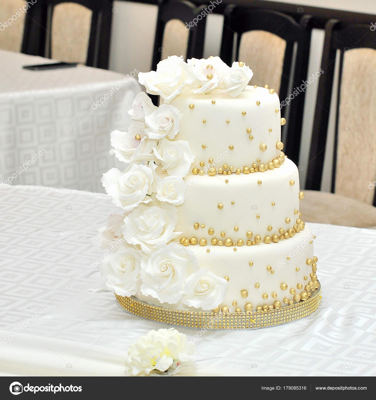 Hochzeitstorte Mit Rosen Stockfoto C Alena0509 179085316